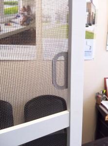 Москитная сетка на пластиковое окно белая с ручками